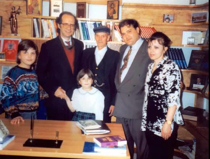 Foto nga jeta dhe vepra e Dr. Rugoves! - Faqe 7 U2_rugova%20azemi